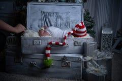 Bebé de la Navidad, el Año Nuevo, regalos, el árbol de navidad Fotos de archivo