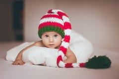 Bebé de la Navidad recién nacido en sombrero Imagen de archivo