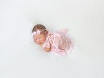 Bebé de la princesa que toma una siesta en traje rosado atado fotografía de archivo libre de regalías