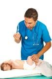 Bebé de la vacuna del doctor Imagen de archivo libre de regalías