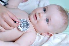 Bebé de los exámenes del doctor Imagen de archivo libre de regalías