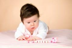Bebé de 6 meses observado azul brillante Foto de archivo