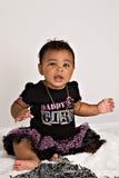 Bebé de 7 meses que se sienta en la manta Fotografía de archivo libre de regalías