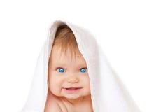 Bebé de ojos azules debajo de la toalla blanca Fotos de archivo libres de regalías