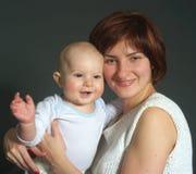 Bebé de risa y su madre Fotografía de archivo libre de regalías
