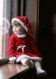 Bebé de Santa en la ventana Imagen de archivo libre de regalías
