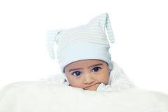 Bebé de seis meses adorable que lleva la habitación azul Imagen de archivo