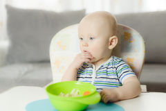bebé de seis meses que llora mientras que la madre está cambiando su panal imágenes de archivo libres de regalías