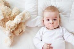 Bebé de siete meses en la cama imagen de archivo
