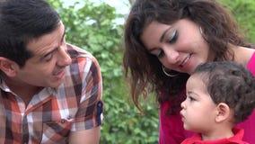 Bebé de Talking To His del padre almacen de video