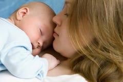 Bebé de tres meses en sus manos de las madres. Imagen de archivo libre de regalías
