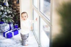 Bebé de un año divertido del bebé en fondo festivo brillante Imagen de archivo