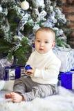 Bebé de un año divertido del bebé en fondo festivo brillante Foto de archivo