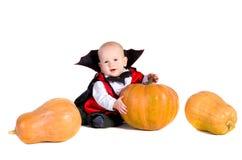 Bebé de Víspera de Todos los Santos con pumpking 3 imagen de archivo
