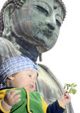 Bebé debajo de gran Buddah; Kamakura, Japón Fotografía de archivo