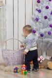 Bebé debajo del árbol de abeto de la Navidad Fotografía de archivo libre de regalías