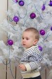 Bebé debajo del árbol de abeto de la Navidad Imagenes de archivo