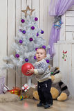 Bebé debajo del árbol de abeto de la Navidad Foto de archivo libre de regalías