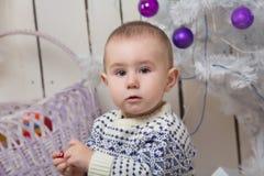 Bebé debajo del árbol de abeto de la Navidad Imagen de archivo libre de regalías