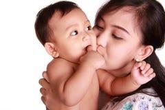 Bebé del beso de la mamá Imagen de archivo