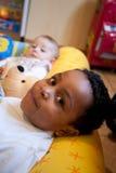 Bebé del color que miente con la almohada Fotografía de archivo libre de regalías