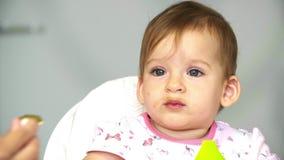 Bebé del desayuno del niño el pequeño mastica verduras La mamá alimenta a un pequeño niño con una cucharada de las verduras para  metrajes