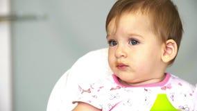 Bebé del desayuno del niño el pequeño mastica verduras La mamá alimenta a un pequeño niño con una cucharada de las verduras para  almacen de metraje de vídeo