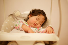 Bebé del Kazakh que duerme en el oscilación Imagenes de archivo