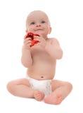 Bebé del niño joven que se sienta con el regalo rojo del corazón para Valentín Fotografía de archivo