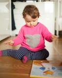 Bebé del niño que juega con el libro de los cuentos de hadas fotografía de archivo