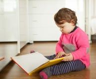 Bebé del niño que juega con el libro de los cuentos de hadas imagen de archivo