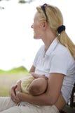 Bebé del oficio de enfermera de la madre Imagenes de archivo