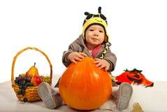 Bebé del otoño con el sombrero de la abeja Fotos de archivo
