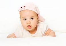 Bebé del retrato que desgasta el sombrero rosado Fotografía de archivo