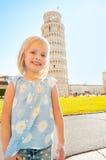 Bebé delante de la torre inclinada de Pisa, Italia Foto de archivo