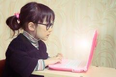 Bebé delante del ordenador portátil Imagen de archivo libre de regalías