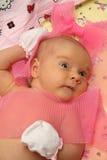 Bebé descubierto que miente en cama Imagen de archivo
