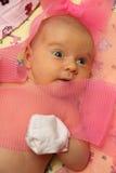 Bebé descubierto que miente en cama Fotos de archivo libres de regalías