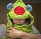 Bebé después del baño en la toalla divertida imagen de archivo libre de regalías