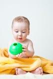 Bebé después del baño envuelto en la sentada amarilla de la toalla Imagen de archivo libre de regalías