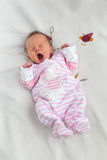 Bebé recém-nascido de bocejo bonito Imagem de Stock Royalty Free
