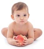 Bebé divertido con una manzana grande en sus manos. Fotografía de archivo libre de regalías