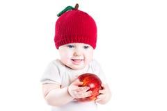 Bebé divertido con una manzana roja grande Fotos de archivo libres de regalías