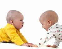 Bebé divertido dos en un colchón blanco Imagen de archivo libre de regalías