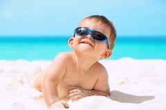 Bebé divertido en la playa imagenes de archivo