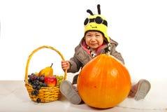 Bebé divertido triste con las uvas Foto de archivo libre de regalías
