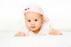 Bebé do retrato que desgasta o chapéu cor-de-rosa Fotografia de Stock Royalty Free