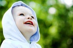 Bebé do sorriso no azul Fotografia de Stock