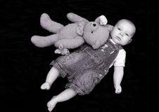 Bebé dulce con el juguete mimoso Fotografía de archivo