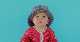 Bebé dulce en sombrero del verano almacen de metraje de vídeo